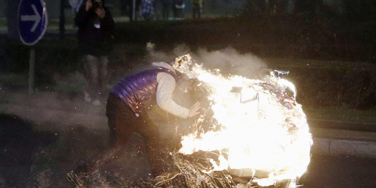 Un joven salva a una niña de un auto incendiado en disturbios junto a París