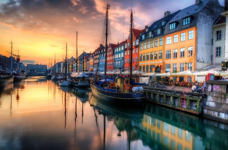 Nyhavn es un paseo marítimo ubicado en Copenhague, Dinamarca