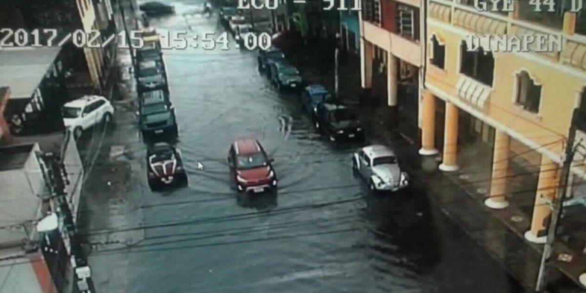 Intensas lluvias en Guayaquil dejan calles inundadas