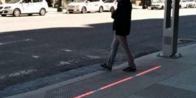 Instalan semáforos en el suelo para peatones adictos al celular