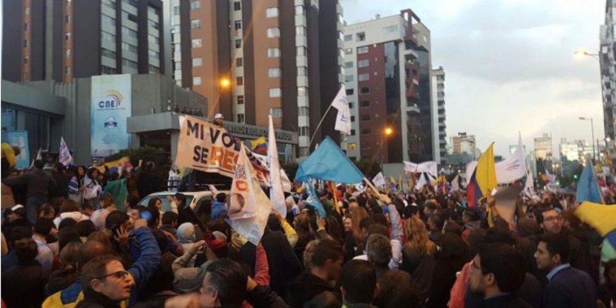 Manifestantes rompen puerta de edificio junto al CNE