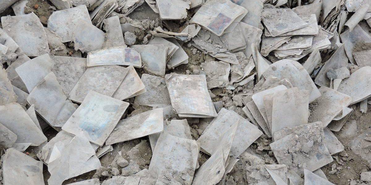 Encuentran centenares de cédulas botadas en Manta