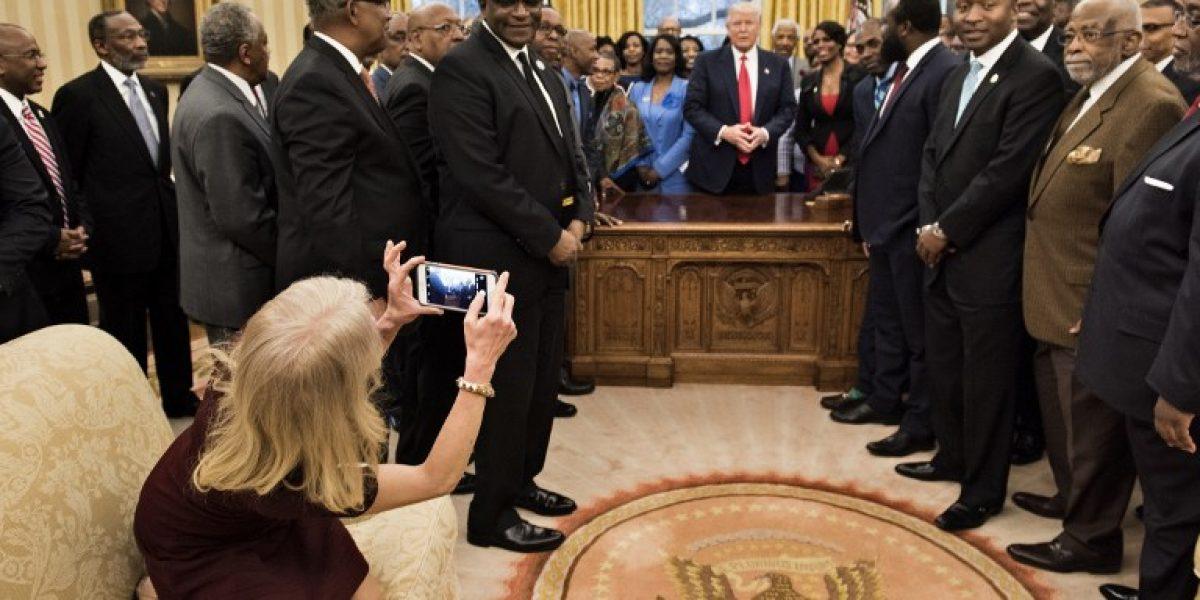 Una foto de la asesora de Trump  en un sofá del despacho Oval desata críticas en redes sociales