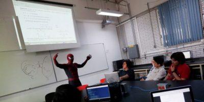 Profesor enseña en universidad disfrazado de Spiderman