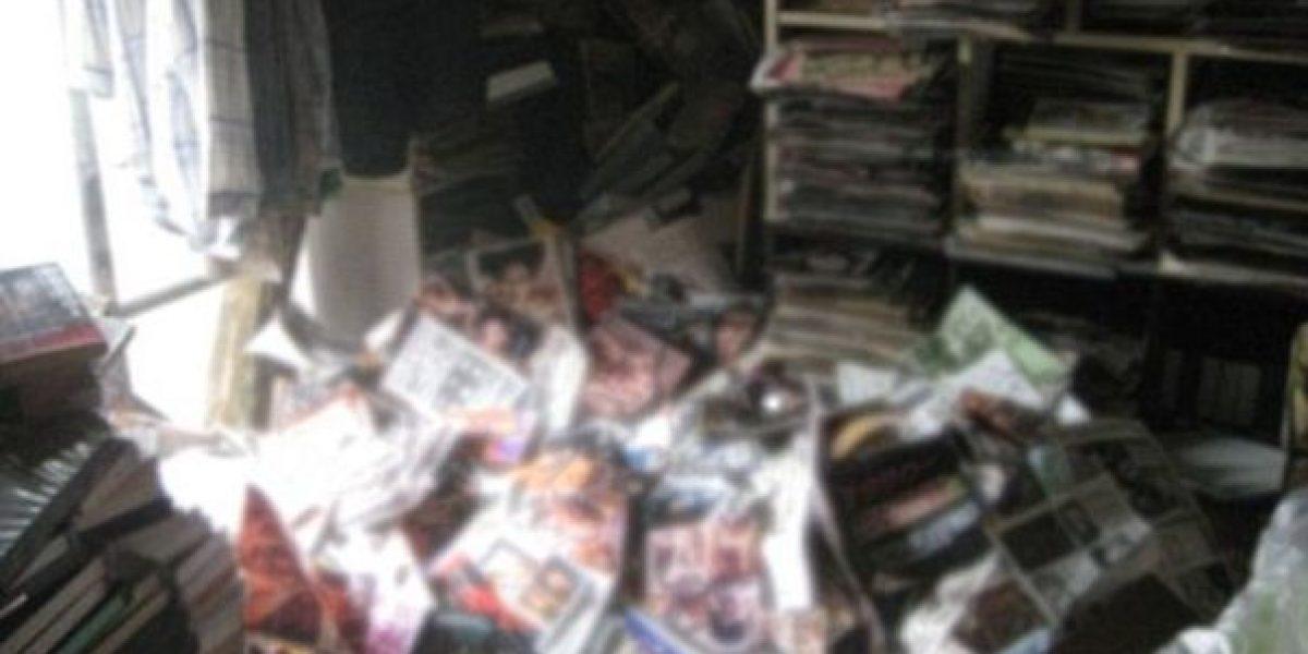 Encuentran hombre muerto debajo de su colección de revistas porno
