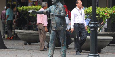 Nebot inaugura esculturas del Vendedor de la Lotería y Rey de la Galleta