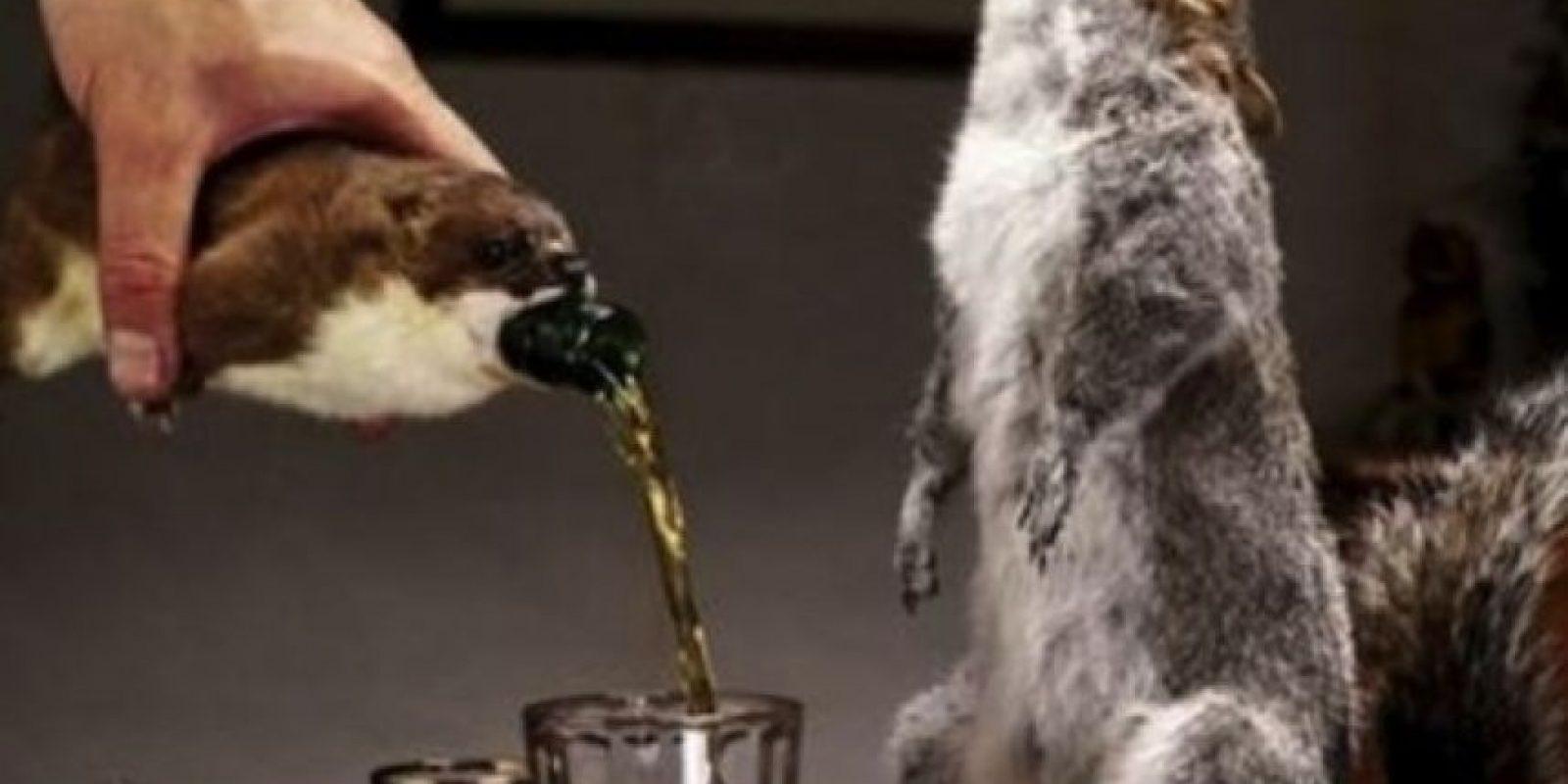 Cerveza de ardilla. Tiene 55 por ciento de alcohol y cuesta 765 dólares. La botella contenedora es una ardilla disecada