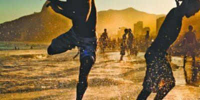 """2. Lo mejor de país: """"Alegría e arte …"""" De 23 años, el fotógrafo independiente Filipe Costa le gusta pasar su tiempo en Ipanema, en Rio de Janeiro, Brasil. Un día capturó a unos niños que jugaban al futbol en las olas. """"En realidad es lo que sentimos cuando estamos en la playa"""", explicó Costa."""