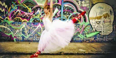 """4. Mi preferida: """"Libertad Urbana"""" Gabo Gómez decidió pasar una tarde con su amiga bailarina y posar delante de una pared con grafitis ubicada en Bogotá, Colombia. """"Quiero mostrar la expresión del arte en un lugar totalmente diferente al usual en el ballet"""", afirmó Gómez."""