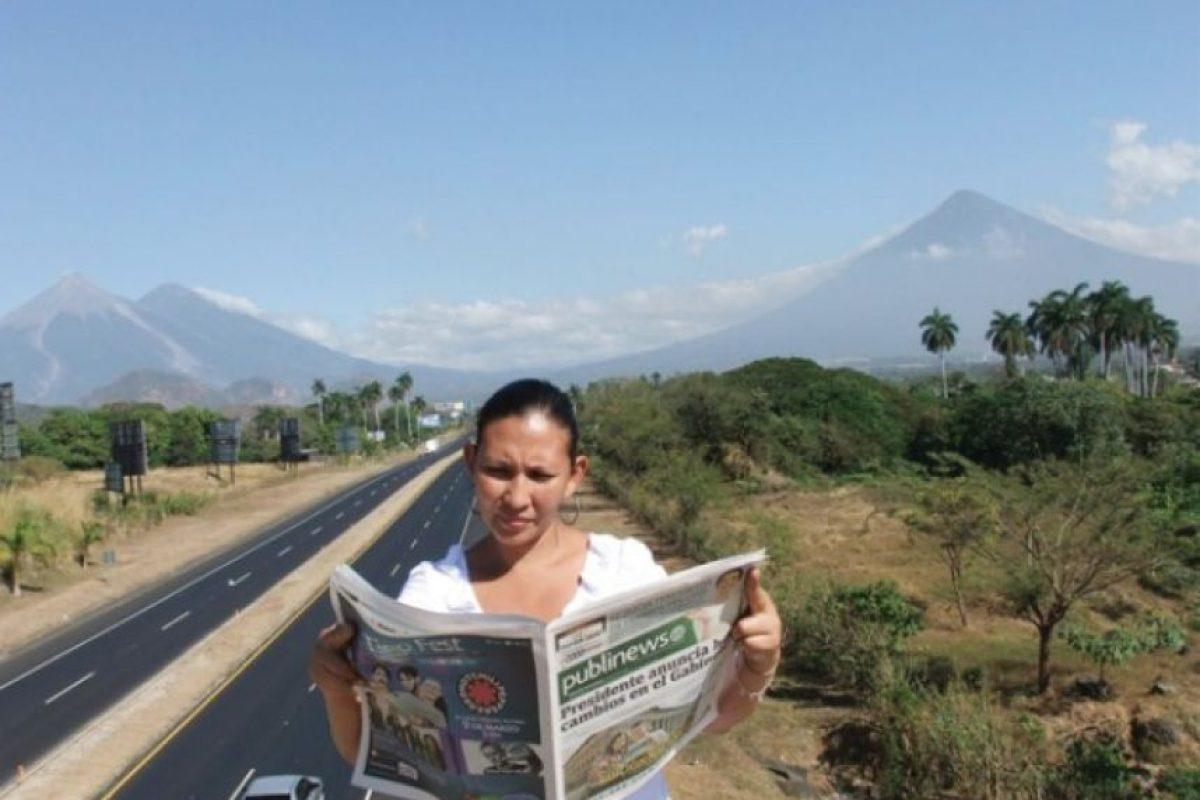 """Escuintla. Con el mejor contenido Viviana Urías, una joven mujer escuintleca, lee la primera edición nacional de Publinews en """"la ciudad de las palmeras"""". Asegura que le gustan nuestras noticias. """"Son diferentes, y la diagramacion es muy bonita"""", asegura. Julio arriola"""