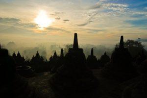 """Borubudur o el """"Mandala arquitectónico"""" (Isla de Java, Indonesia). Este santuario es el monumento más grande jamás construido en honor a Buda. Fue levantado entre los años 750 y 850. La complejidad que denota su estructura se asemeja a los mandalas (dibujos complejos que representan las fuerzas que regulan el universo y que sirve como apoyo de la meditación)."""