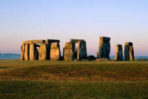 Stonehenge (Salisbury, Inglaterra). Stonehenge es sin duda uno de los monumento megalíticos más importantes y misteriosos que se conocen,. Se ubican en el condado de Wiltshire, en el Sur de Inglaterra, a unos 100 kms. al oeste de Londres. Es un monumento circular de carácter ritual formado por 4 círculos concéntricos de gigantescas piedras y que se fecha entre 2.500 y 2.000 a.C., el cual se supone que fue abandonado hacia el 1.500 a.C.