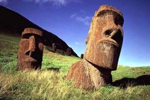 Los Moais (Isla de Pascua, Chile). Las estatuas fueron descubiertas por los primeros navegantes europeos que llegaron a la Isla de Pascua a comienzos del siglo XVIII. Muchos de estos gigantes, aparecían en un principio ataviados con los pukao (una especie de cilindro de piedra roja que los coronaba a modo de sombrero). Los Moais, tienen un peso que puede llegar a más de 50 toneladas.