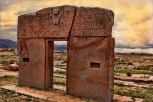 Puerta del Sol (Tiahunaco, Bolivia). Según la leyenda Aymara sobre la creación del mundo, esta magnífica puerta de piedra perteneciente a las ruinas arqueológicas de la ciudad sagrada de Tiahuanaco o Tiwanaku, fue construida por los gigantes primigenios nacidos de la diosa Oryana (Pachamama o madre tierra). La puerta tiene una altura de 3 metros de alto por 3 de ancho y su peso ronda las 10 toneladas. Según los Aymara, la puerta guarda un secreto que los antiguos dejaron escondido para ayudar a una futura humanidad en problemas.