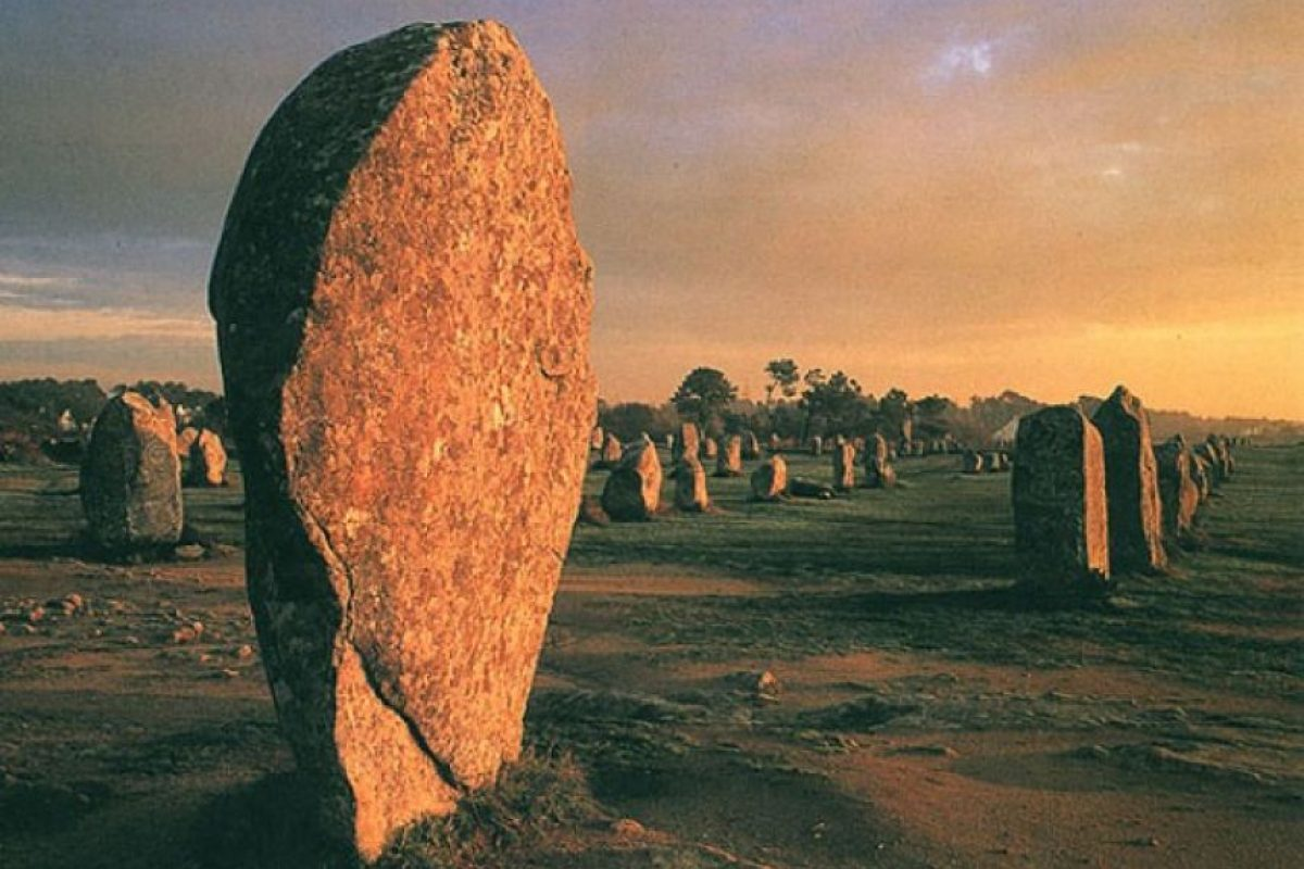 Los alineamientos de Carnac (Carnac, Francia). En Carnac, se encuentra en uno de los mayores conjuntos de megalitos en el mundo. Se trata de más 3000 menhires y dólmenes, además de tumbas prehistóricas, que datan del período neolítico (entre 4500 y 2000 A.C.), construidas en su mayoría en líneas perfectamente rectas.