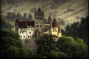 """Castillo de Bran (Transilvania, Rumanía). La famosa novela de Bram Stoker, se inspiró en el príncipe Vlad Drăculea"""" Țepeș, que luchó en el siglo XV contra la expansión otomana. El castillo en el que vivió se conoce como Castillo de Bran, y se encuentra en Transilvania. Fue construido hace casi dos mil años, y está rodeado de misterios vinculados a la existencia de pasadizos secretos y las leyendas acerca de sus moradores, convirtiéndose en el lugar más visitado de Rumanía."""