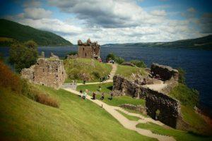 La leyenda del lago Ness (Inverness, Escocia). Situado en el norte de Escocia, en los Highlands, cerca de la localidad de Inverness, es conocido por los lugareños como Loch Ness. Es un lago ae alrededor de unos 50 km de superficie y con una profundidad de más de 200 metros. Cuenta la leyenda que un monstruo merodea este lugar.