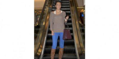 """""""Mi estilo es más fresco, me gustan mucho las prendas de algodón. Utilizo un look casual, pero juego con los zapatos y las bolsas, para darle otra imagen a mi 'outfit'"""". Dulce García, 28 años OCUPACIÓN: PERIODISTA"""
