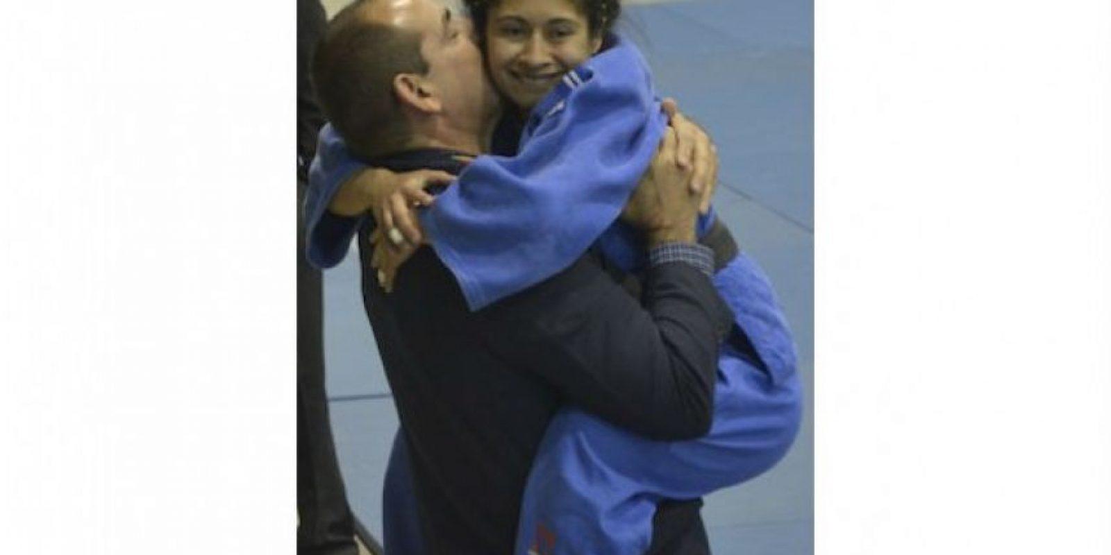 Se abraza con Alberto Lemus, el técnico cubano. Foto:Mynor Arita, enviado especial