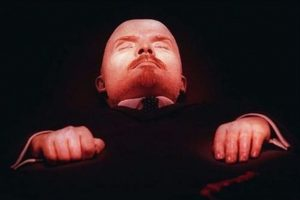 Vladímir Ilich Lenin. El primer dirigente de la URSS murió el 21 de enero de 1924 a los 53 años. Sus restos reposan en la Plaza Roja de Moscú desde agosto de 1924. El mausoleo está abierto al público y durante décadas fue un lugar muy concurrido, llegándose a formar largas filas para poder ver el cuerpo del gobernante. Foto:Publimetro México