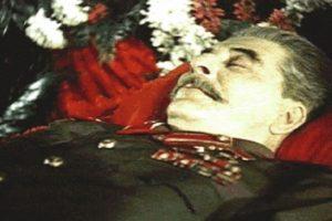 Iósif Stalin. Murió en Moscú el 5 de marzo de 1953, a los 74 años de edad debido a un derrame cerebral. Su cuerpo embalsamado fue colocado en el Mausoleo de Lenin el mismo año de su muerte y fue retirado en 1961 para ser enterrado en una tumba cerca de la Muralla del Kremlin, donde años después se levantó un monumento en su honor. Foto:Publimetro México