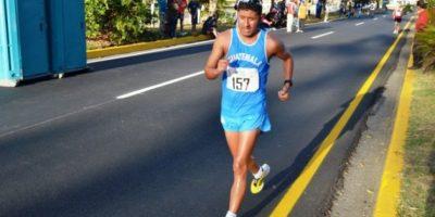 El guatemalteco Mario Bran (157) ganó la plata. Marcha sobre la avenida que está a un costado del estadio Nacional / Foto:Mynor Arita, enviado especial a San José 2013