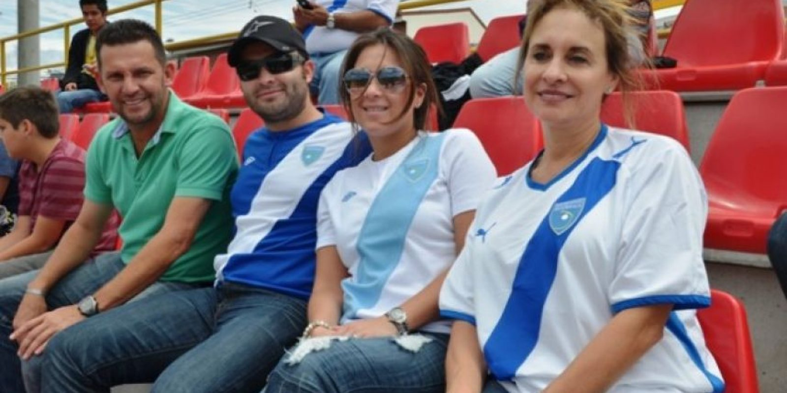 Javier Delgado, extécnico rojo (de verde) aparece con Luis Morales, Melissa de Morales y Flory de Morales, familiares del técnico de la Selección de Guatemala. Foto:Mynor Arita