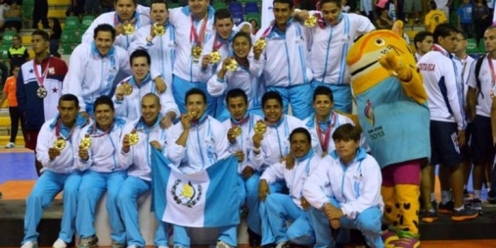 Los campeones se cuelgan el oro. Foto:Mynor Arita, enviado especial