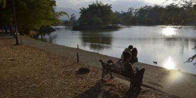 En el lago hay un rótulo que dice