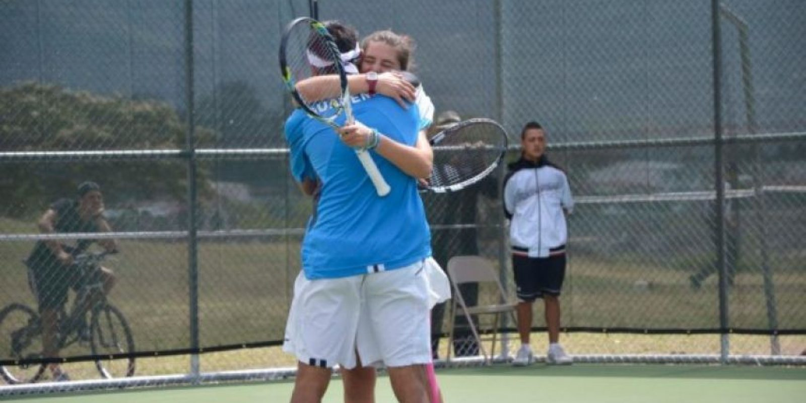 Díaz y Schippers reflejan su felicidad con un abrazo luego de ganar el último punto y conquistar el oro en dobles mixtos.