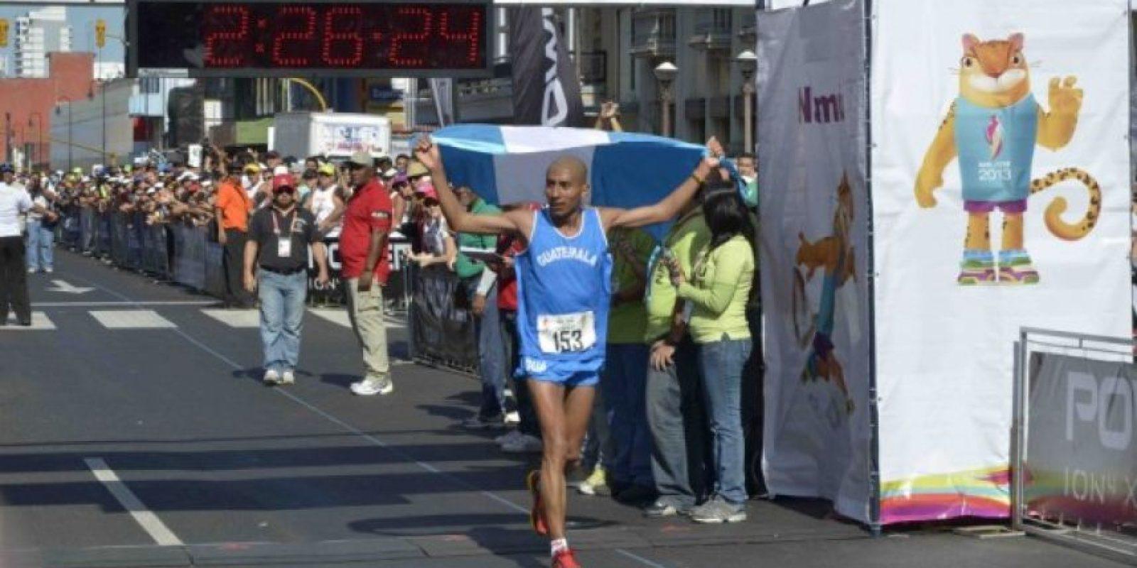 Amado García ingresa a la meta, en el parque central, luego de 42 kilómetros. Foto:Mynor Arita, enviado especial