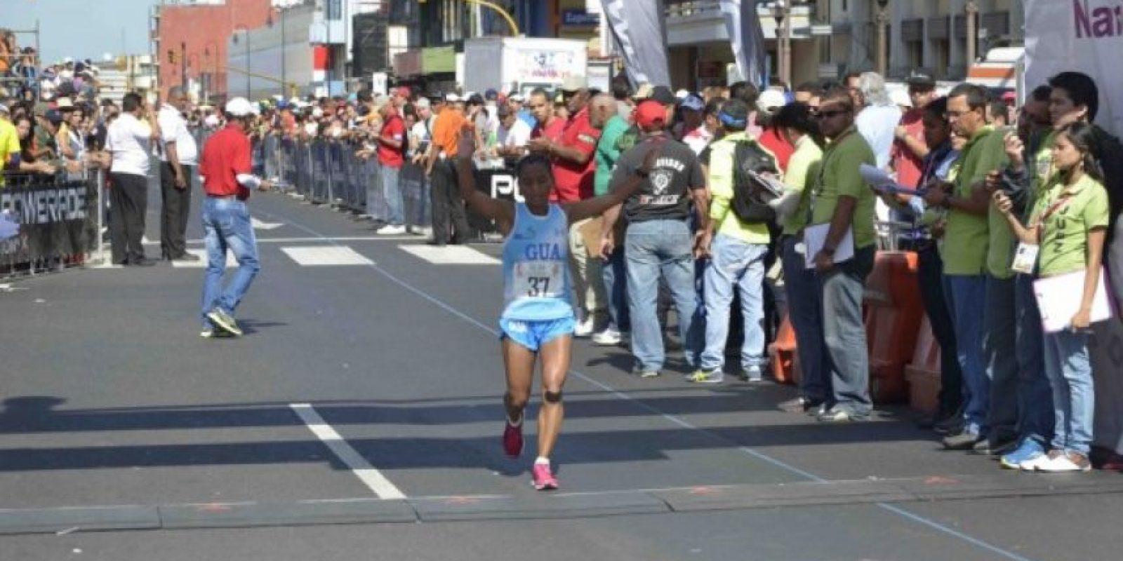 La jutiapaneca Dina Cruz ingresa a la meta en el segundo puesto. Su tiempo fue de 3 horas 3 minutos y 51 segundos. Foto:Mynor Arita, enviado especial