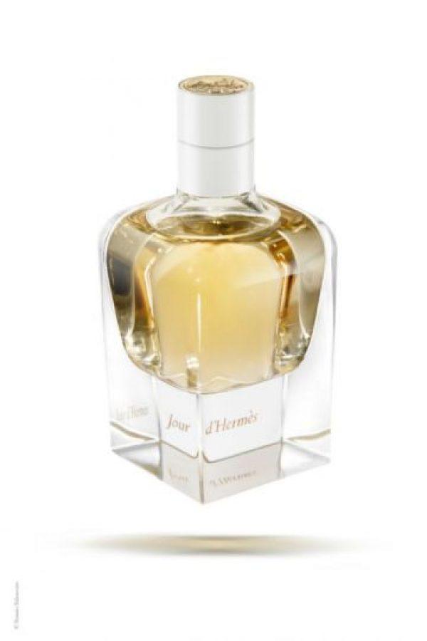 Jour d'Hermès, un racimo de aromas La prestigiosa casa Hermès lanzó en el mes de la mujer un aroma que realzará la feminidad de todas las guatemaltecas. Se trata de una fragancia floral en la que como en un ramillete cada quien podrá percibir el dulce aroma de la naturaleza. Encuéntralo en Perfumerías Fetiche. publinews
