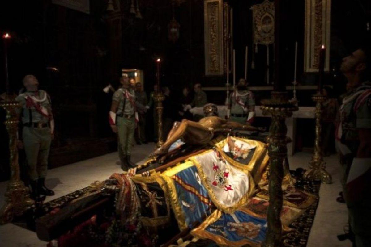 España. Miembros de la Legión Española cuidan la estatua del Cristo de la Buena Muerte en Málaga. ( Foto:AFP)
