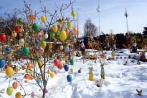 Alemania. Un jardín público es decorado con huevos y conejos de Pascua.