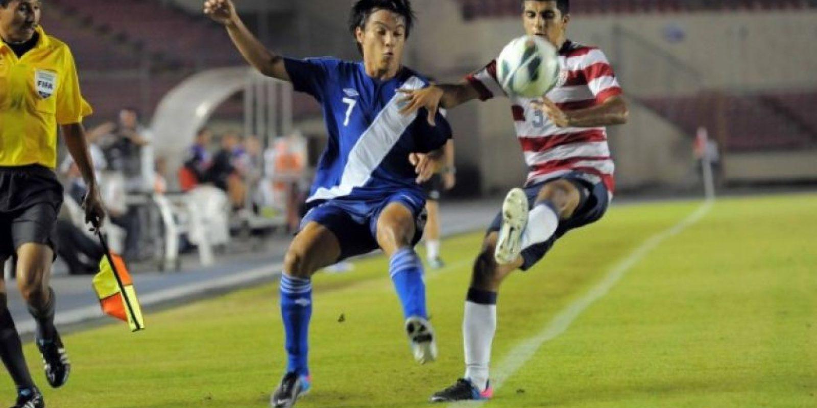 Paolo Ortiz (7), goleador de la Selección Nacional, lucha un balón con John Requejo, de EE. UU., durante el juego de ayer en Panamá / Foto:J. Suncar, CDG