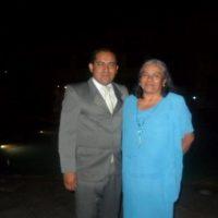 Es un gusto saludarlos y adjunto la fotografía con Mi madre,