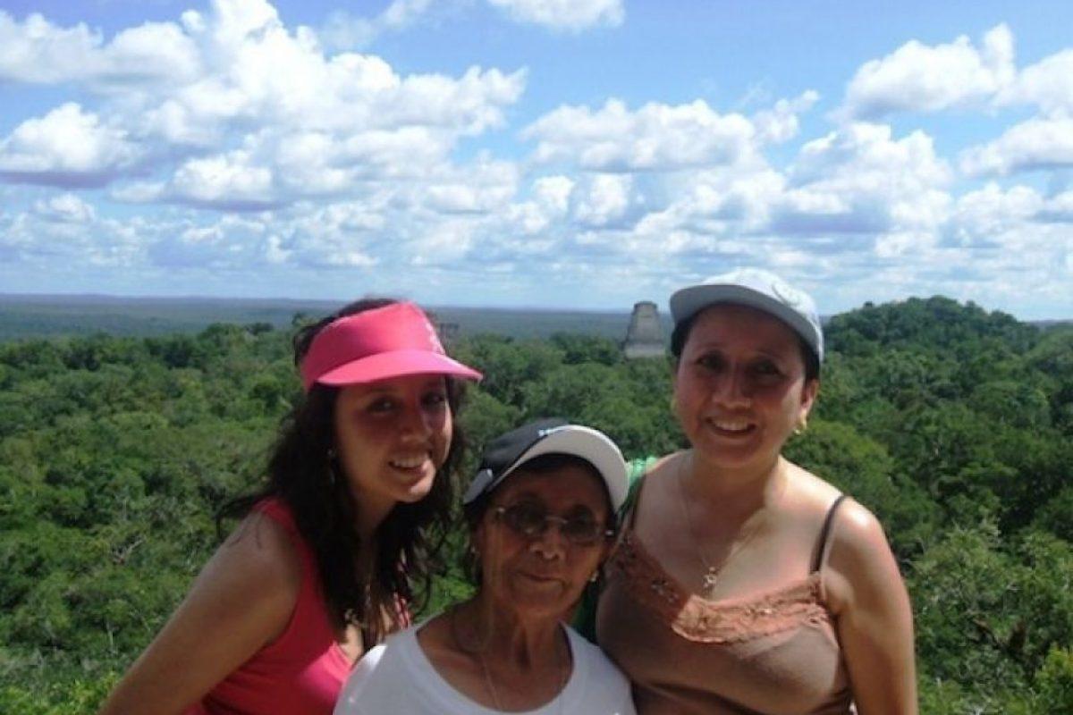 Mi mami se llama María Tiu y acá esta con sus dos hijas Claudia María y Claudia García. Mami gracias por ser nuestro ejemplo, Te Amamos!!! Tus hijas.