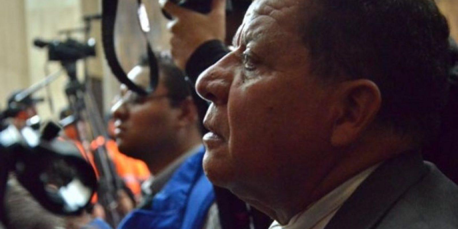 Este hombre jaloneó a periodistas que rodearon al exgobernante condenado. Foto:Juan José López Torres