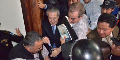 Efraín Ríos Montt debió esperar alrededor de una hora para salir de la sala debido al tumulto de periodistas, policías y guardias de seguridad. Foto:Juan José López Torres