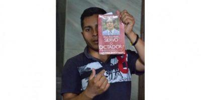 Este hombre profirió amenazas de muerte contra un corresponsal internacional. Fue repelido por otros periodistas. Foto:Juan José López Torres