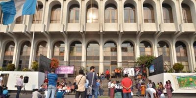 La lectura de la condena fue seguida vía radio y con altoparlantes en la fachada de la Corte Suprema de Justicia. Foto:Juan José López Torres