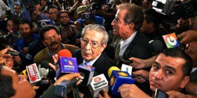 Medios de comunicación guatemaltecos y extranjeros asediaron con preguntas a Ríos Montt. Foto:Juan José López Torres