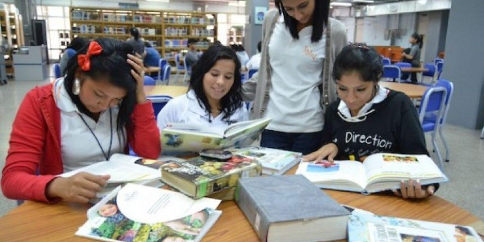 Estudiantes de educación básica hacen uso de la biblioteca para completar su educación. Foto:Juan José López Torres