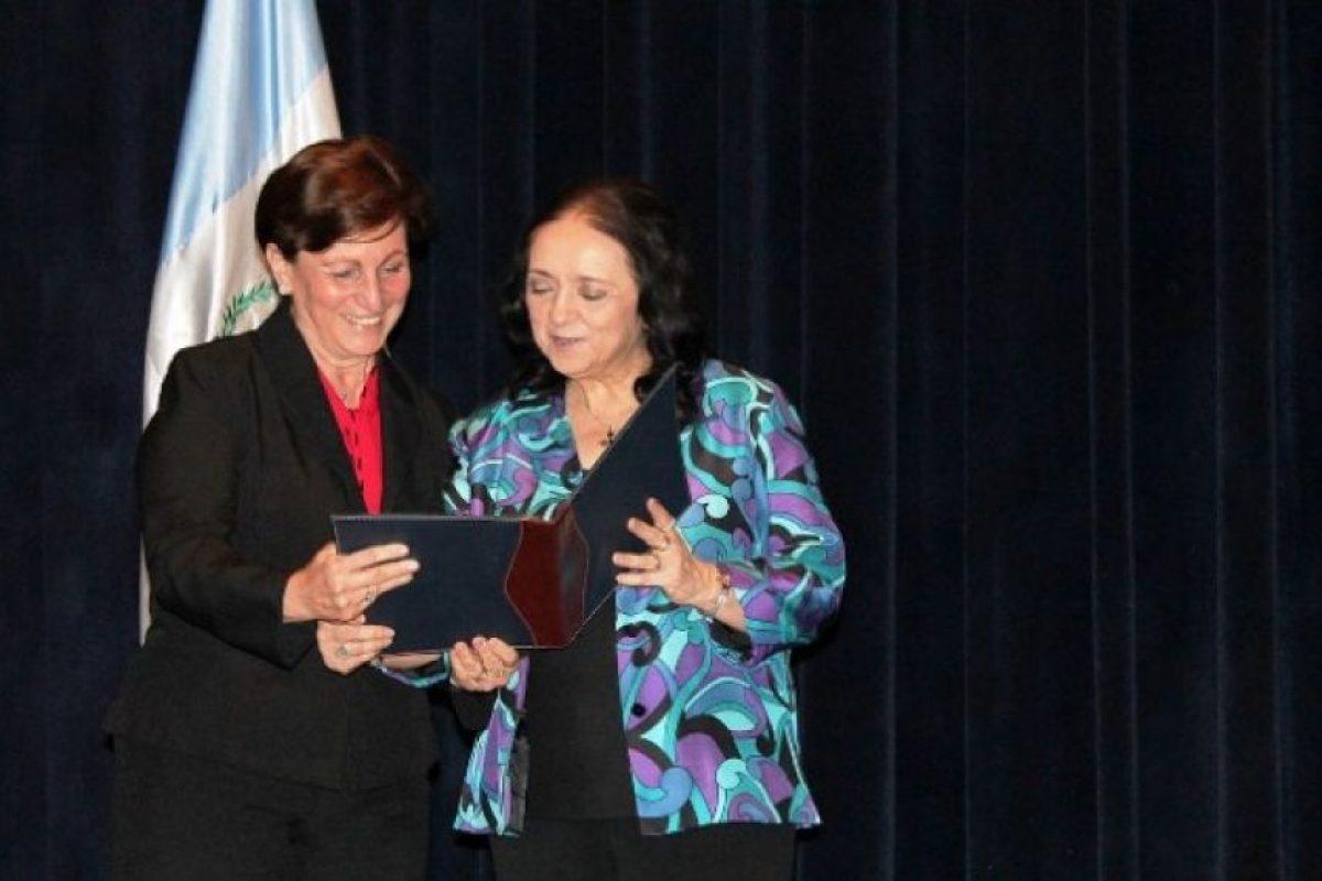 Entrega del Certificado de Acreditación Académica Internacional a la decana de la facultad, M.A. Hilda Caballeros