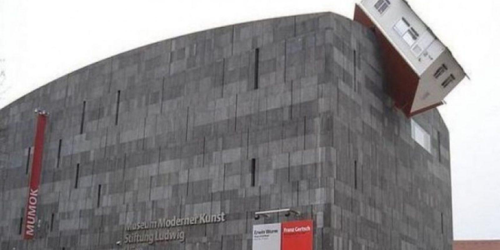 En el MUMOK, o el Museo de Arte Moderno de Austria se encuentra un bloque de piedra grisácea con una casa de campo incrustada en el, conocida como House Attack.