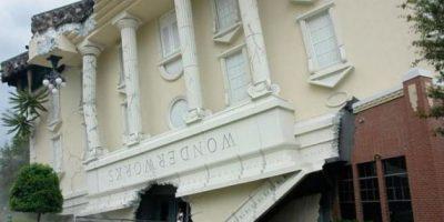 WonderWorks, la casa sobre el tejado en Pigeon Forge, Tennesee. El lugar alberga un espacio para exposiciones, atracciones que simulan un terremoto, huracanes y tiene paredes para escalar