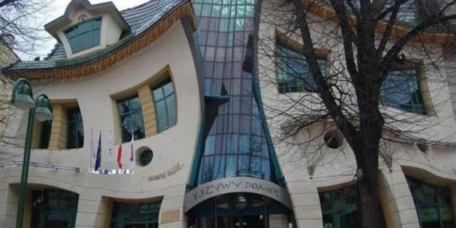 En Spot, en la costera de Polonia, se encuentra la Casa Torcida o The Crooked House, edificio diseñado por los arquitectos Szotyński y Zaleski, que se inspiraron en los comics de Juan Marcin Szancer y Per Dahlberg