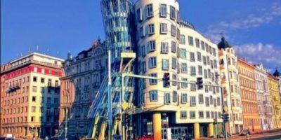 La Casa Danzante en Praga, es conocida popularmente como el edificio Ginger y Fred en homenaje a los bailarines Fred Astaire y Ginger Rogers. Fue diseñada por los arquitectos Frank Gehry y Vlado Milunic en 1997