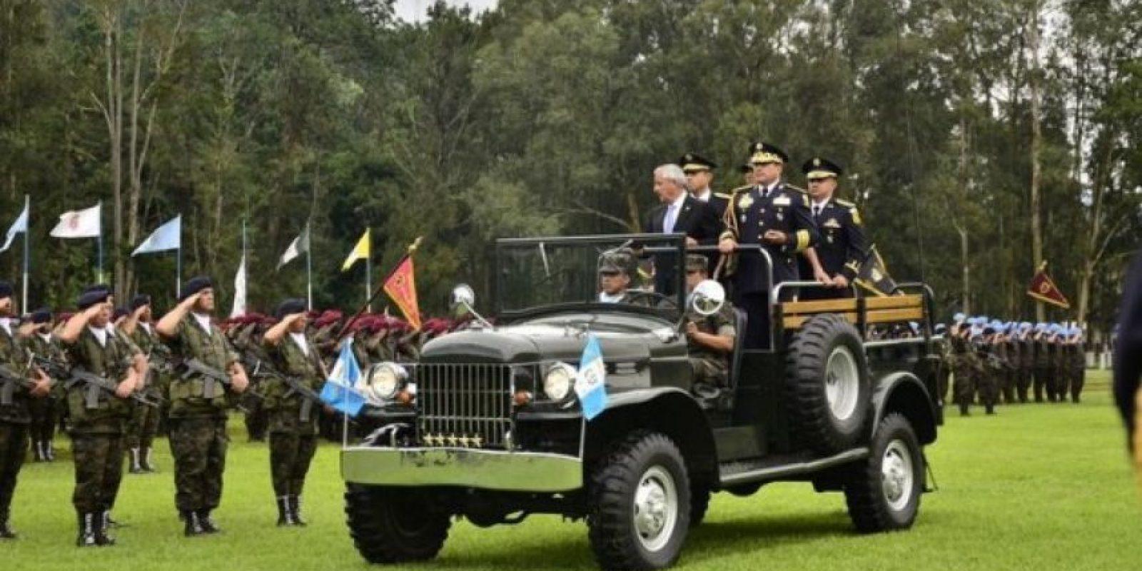 Brigadas. Otto Pérez presenta nuevo grupo especial para reforzar la seguridad El Ejército cuenta con dos nuevos frentes, la Brigada de In- fantería de Marina, para defender los pasos del mar hacia las costas, y la Brigada de Operaciones de Montaña, para resguardar el paso entre México y San Marcos. En la foto, el Presidente saluda al Ejército de Guatemala.